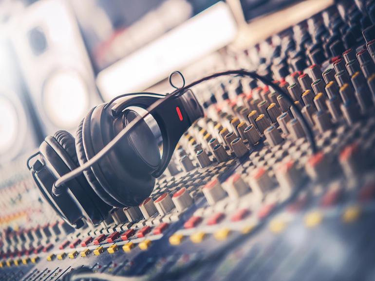 Cómo la radio hablada sigue siendo relevante en la era digital